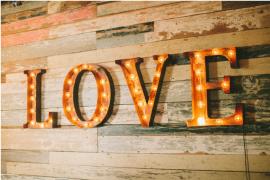 """Mur en bois avec élément de décoration """"Love"""""""