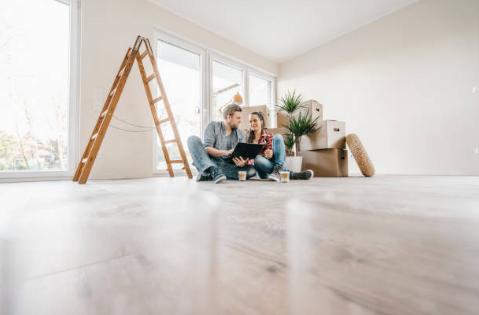 Couple choisissant la nouvel aménagement de la maison