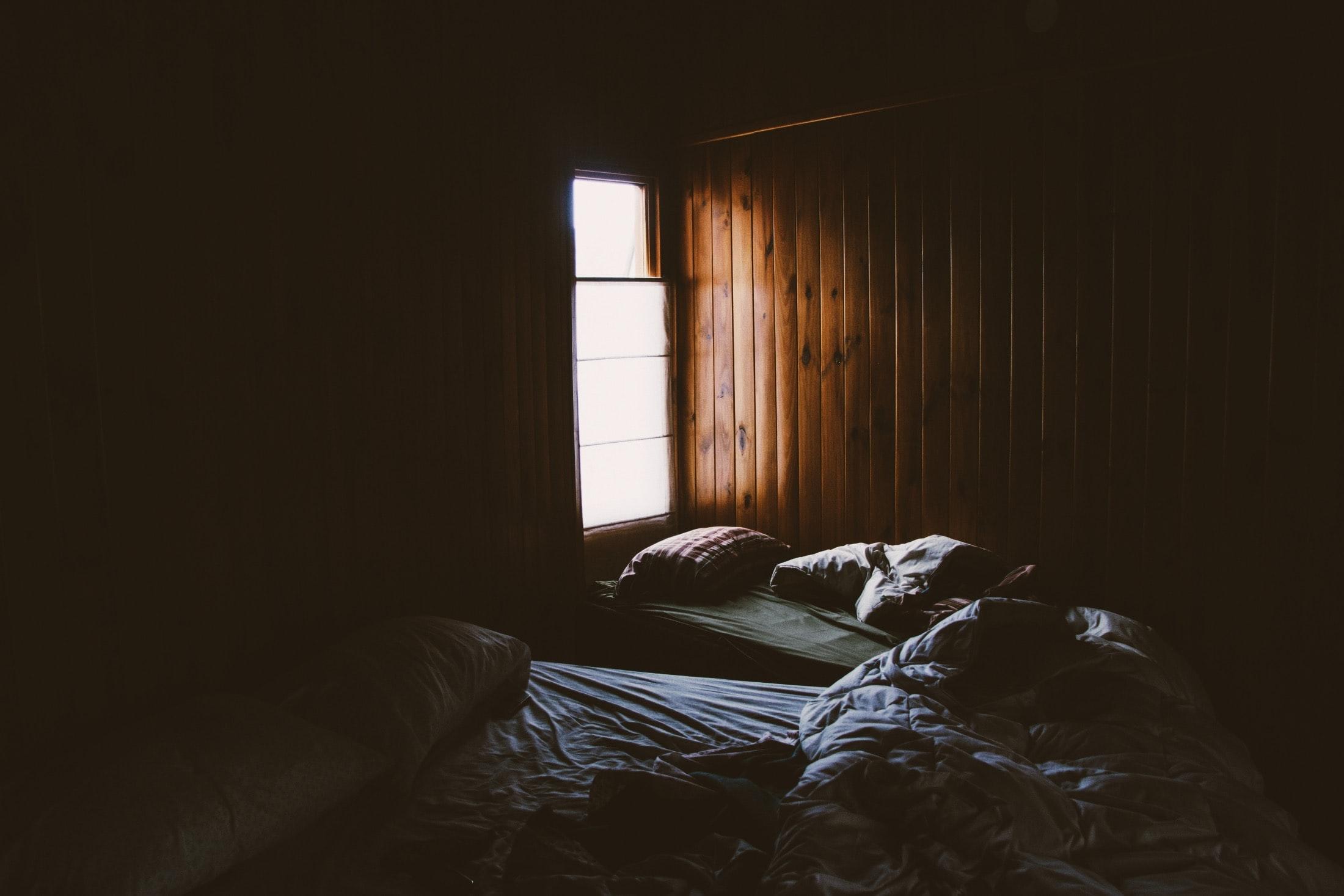 Chambre avec murs en bois
