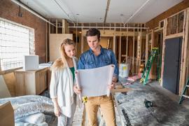 Couple regardant les plans de leur maison